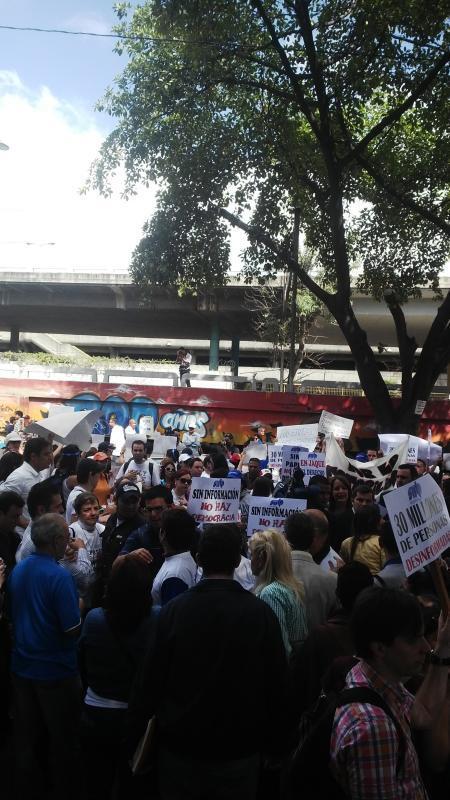 Periodistas de El Nacional protestan en Cadivi  para exigir liquidación de divisas #SinPapelNoHayPeródico http://t.co/ZyhgBQHgXs