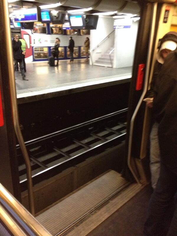 Oh putain je ne m'adosse plus ! @TommeBlur: Ivre, le conducteur du #RERB n'ouvrent pas les portes du bon côté #qml http://t.co/pO0ggnDb0D