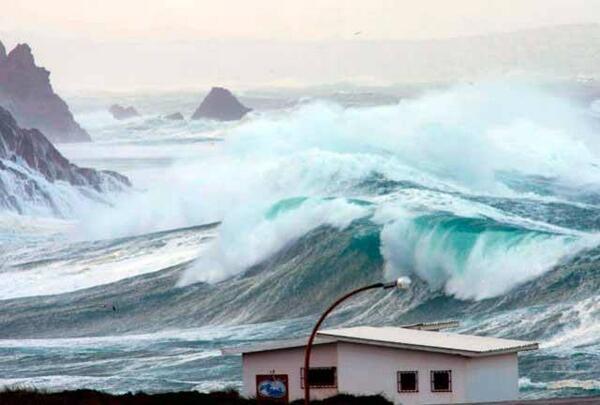 Nivel rojo de alerta en la costa gallega por el temporal http://t.co/Zg3QbnCb4s http://t.co/yr2amQQo87