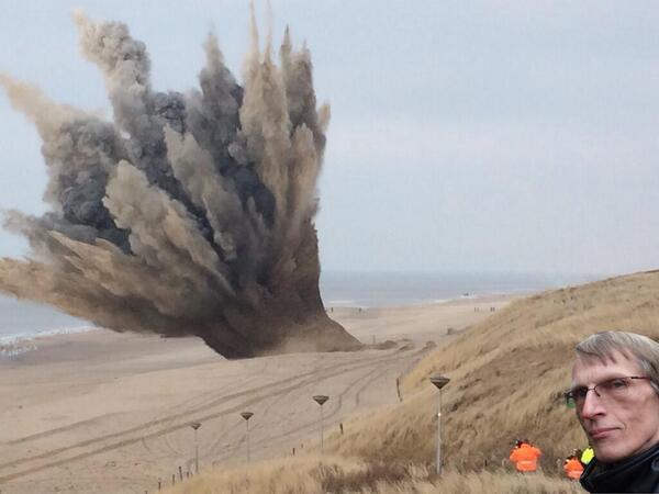 Zojuist is er een zeemijn uit WOII tot ontploffing gebracht. Uiteraard was raadslid Willem Bos, uit Zoetermeer, erbij http://t.co/C0CGfUDFYn