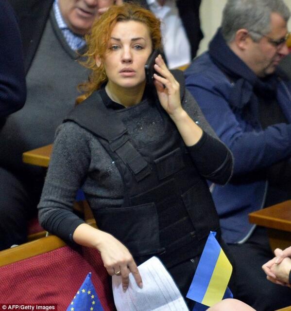 aldo sterone on twitter ukraine deputee portant un gillet pareballes en plein session la. Black Bedroom Furniture Sets. Home Design Ideas