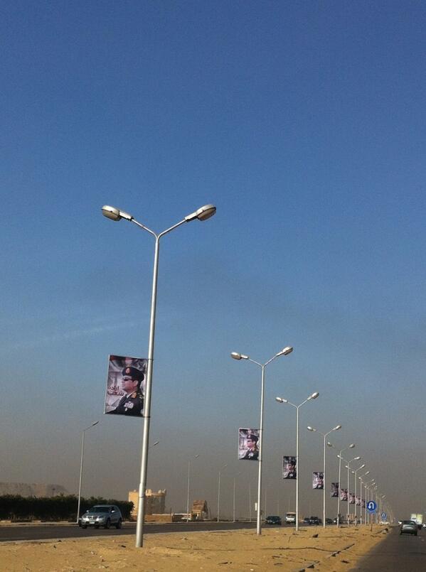 صور السيسي بطول طريق ال N/A كله يمين و شمال!! مبروك علينا فرعون جديد http://t.co/XbFBrETt6T