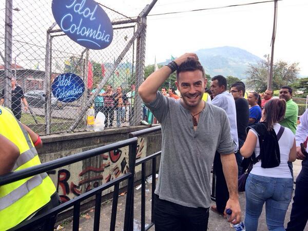 Gran convocatoria en #Pereira de @idolcolombia el actor y ahora presentador @espinozajuanpablo  animó a los cantantes http://t.co/rOPfIVsz3A