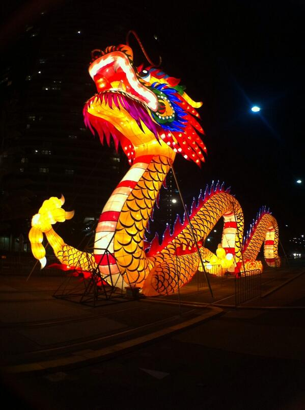 A gorgeous shot of the Dockland Dragon lit up at night. Happy Chinese New Year folks! MT @claudioarayac: http://t.co/s5zVwWv7Ss #Melbourne