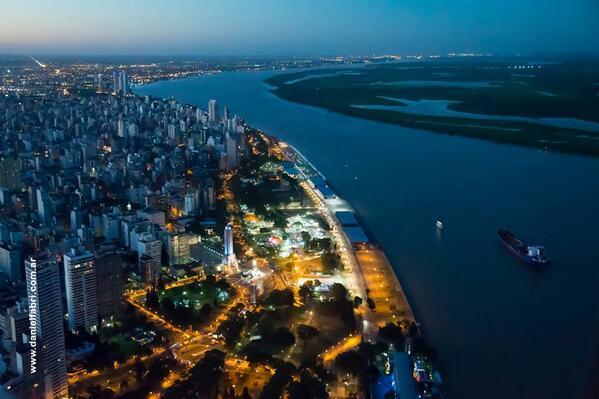 Les comparto una panorámica de mi ciudad. Rosario, de noche, junto al río Paraná. #eduPLEviaja #eduPLEmooc http://t.co/pGs8CGfLFy