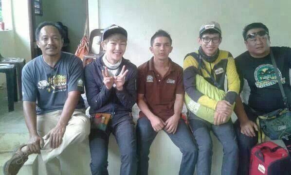 Onew SHINee bersama beberapa penduduk Kalimantan (cr as tagged) http://t.co/IEjJ9cPvQW