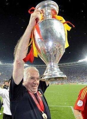 Triste noticia. Fallece Luis Aragonés a los 75 años de edad. Él cambió la historia ganando una Eurocopa. Dep Mister. http://t.co/GORGLrvYfV