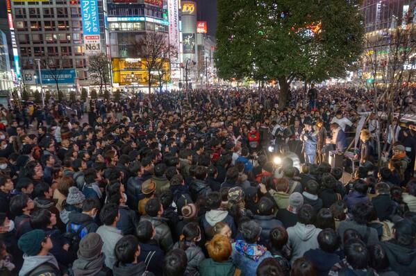 #渋谷ハック ハチ公前にて開催した突然の街頭演説。こんなに沢山の人が集まったくれた!あつい! 家入一真、がんばれー!! #ぼくらの政策 http://t.co/KZvYzmJsyS