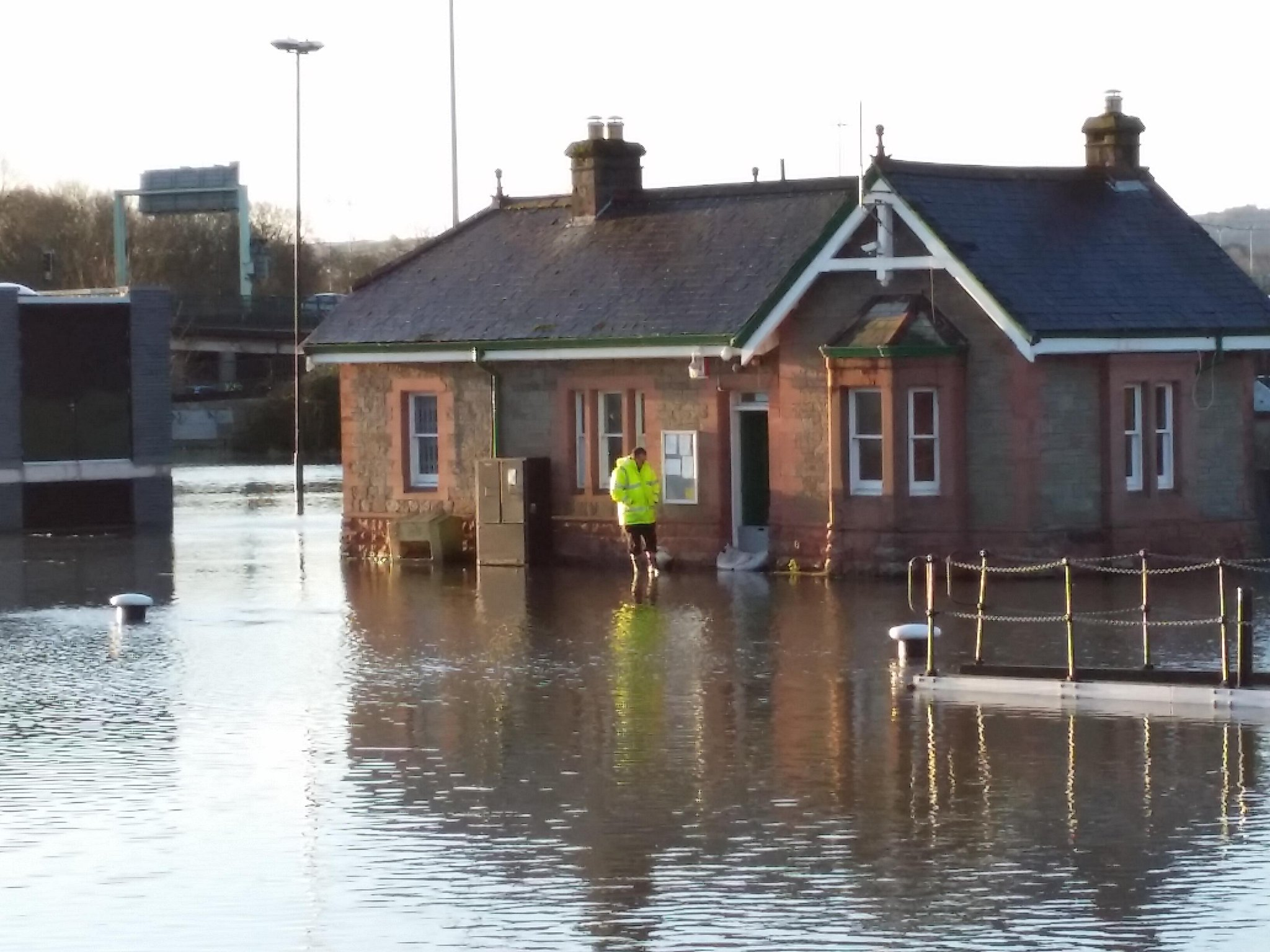 Even lock keeper's cottage under Swing Bridge in trouble #riveravonflooded x http://t.co/RGtWuRW6vk