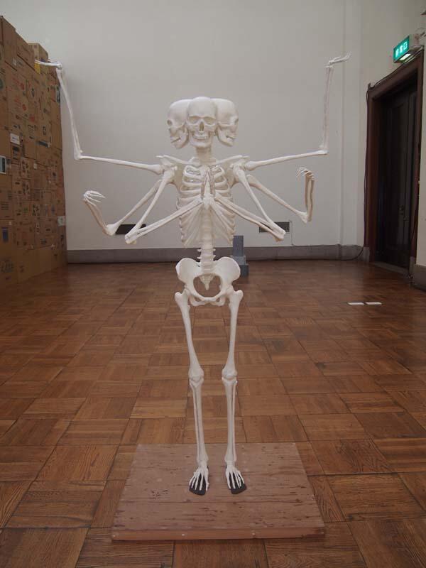 成安造形大学美術領域現代アートコースの学生による進級制作『阿修羅骨格像』(すみませんタイトル記録してきてないです)。初期の段階で僕も随分アドバイスしました。 http://t.co/1tgxdqbpPn