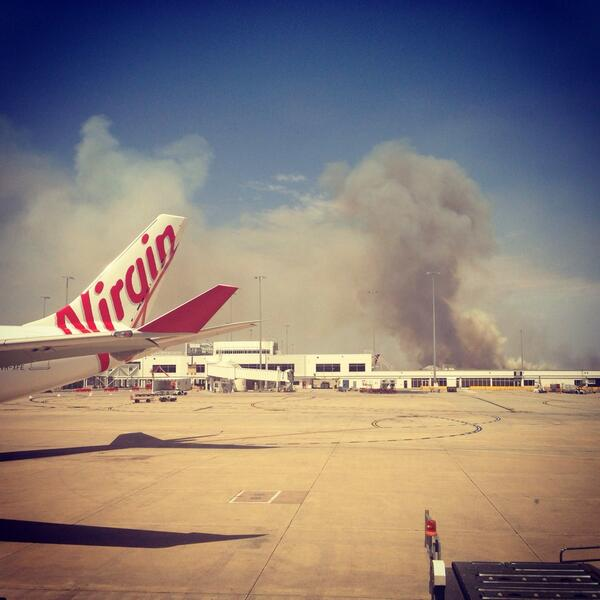 Apparently grasses and houses are burning close to the airport here in #melbourne http://t.co/SZICvU4r3j