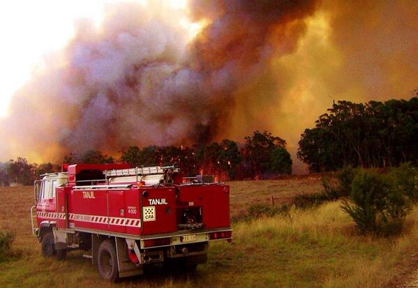 This is one of the many fires burning near me !! #bushfires #gippsland http://t.co/TgHi4kprEb