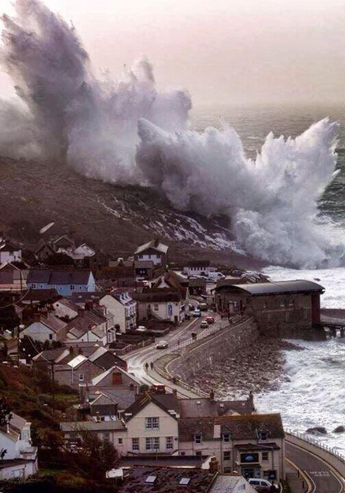 "taken a couple of days ago RT ""@BradScienceFest: Cornwall - now that's a wave http://t.co/B97ldjaFbK"""