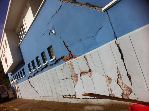 Así ha quedado la pared de la cruz roja de Getaria. Las olas del temporal han arrasado la playa y el puerto http://t.co/yHLRDmdXei