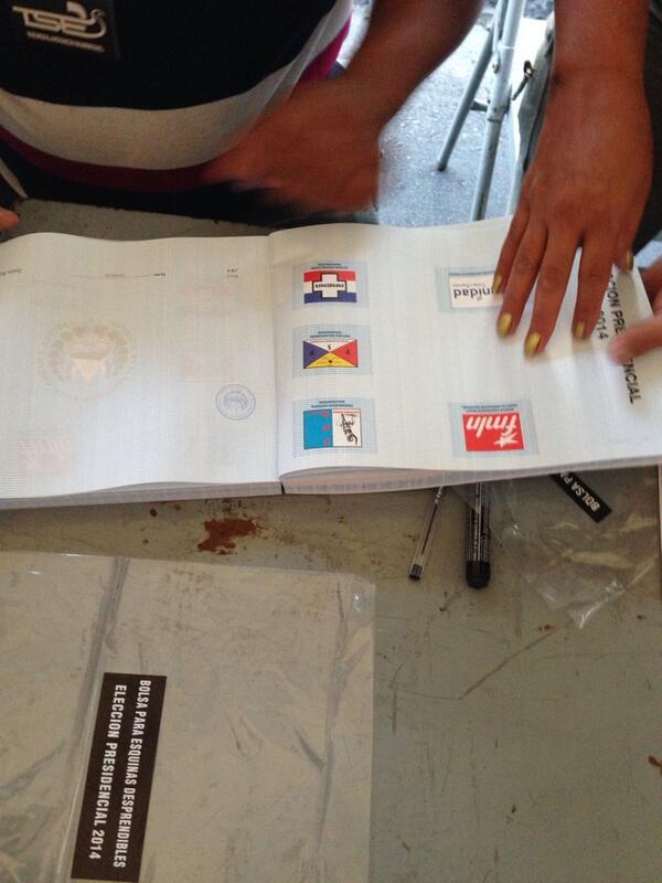 #efelectoral El TSE repartió 500 papeletas por urna. A minutos de abrir, vigilantes electorales cuentan papeletas. http://t.co/Cpu6mCieYs