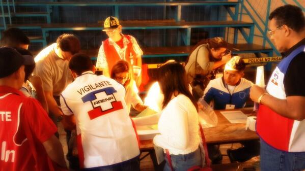 Están terminando de votar los miembros de JRV 475 en el centro de votación en colegio Sagrado Corazón de la capital http://t.co/hFbtF0XBKP