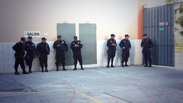Policías que custodiarán centro de votación en el Col. Sagrado Corazón aun no votan. http://t.co/8Ivakx5F2O