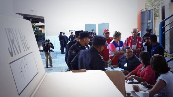 Una veintena de policías ya votan en colegio Sagrado Corazón. Electores ya entran al centro. http://t.co/xriTsSBDz1