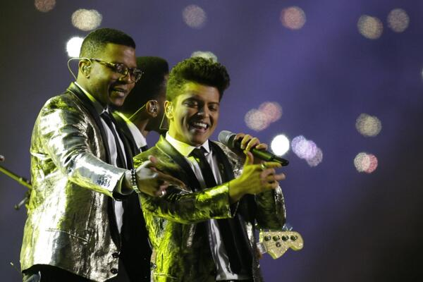 One of my favorite shots of the Hooligans Superbowl halftime performance: @BrunoMars & @TheKingJay killing it: http://t.co/58htU97SPs