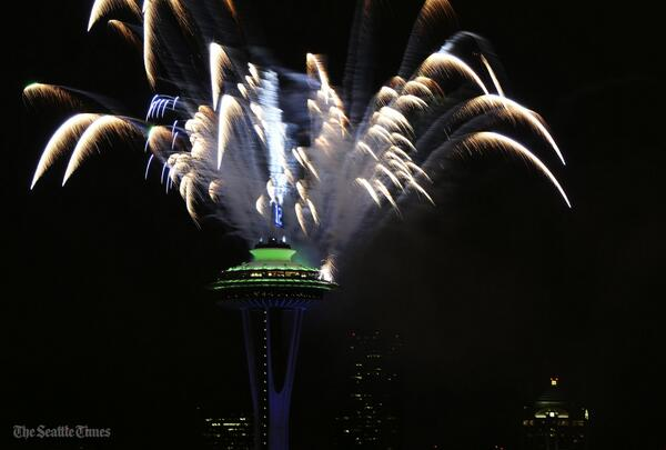 .@space_needle sets off celebratory fireworks after the Hawks #SB48 win (@lindseywasson) More: http://t.co/CjeGNtuZMN http://t.co/E993Qmbo4F