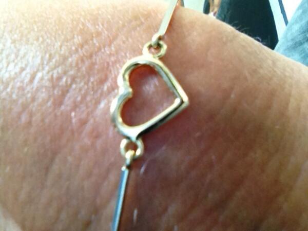 Gisteren heeft mijn vrouw @SilviaJanse dit armbandje verloren in #Deventer wie o wie heeft hem gevonden?? RT=lief http://t.co/BlFxHp0b6f