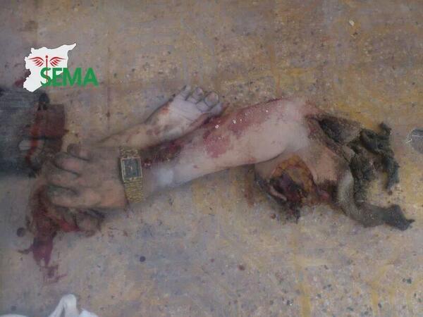 سيدة سورية تمسك بيد طفلها هاربة من احد براميل حلب. لكن البرميل كان اسرع http://t.co/WltNBihctY