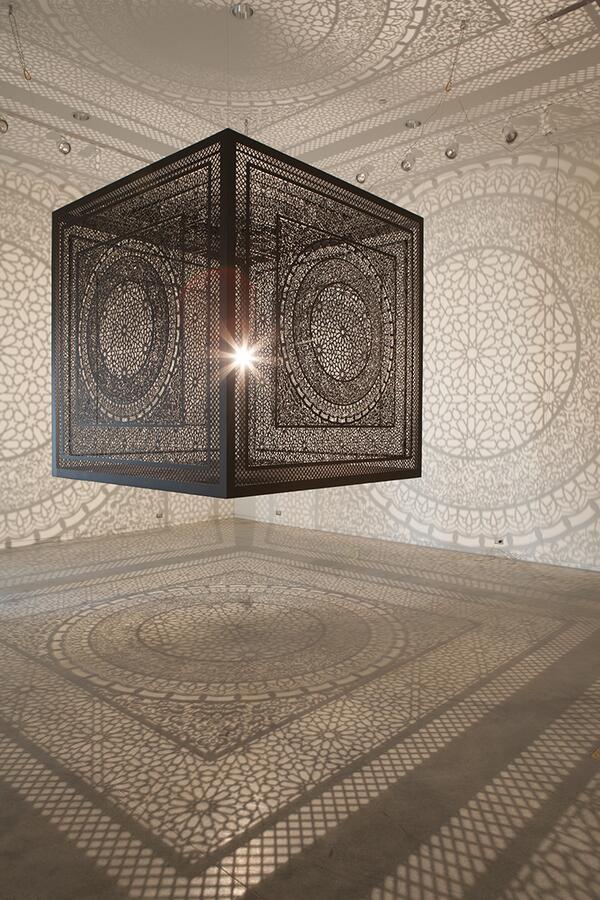 明かりをともすと、部屋が一瞬にしてアラベスク模様で埋め尽くされるランプ。うーん、なんかいいなあ。Anila Quayyum Aghaさんの作。 pic.twitter.com/PxsD8FTaCx