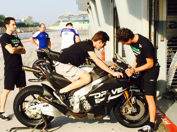 @NickyHayden tries out his new Honda RC1000R before heading out on track… http://t.co/POymNOFrby