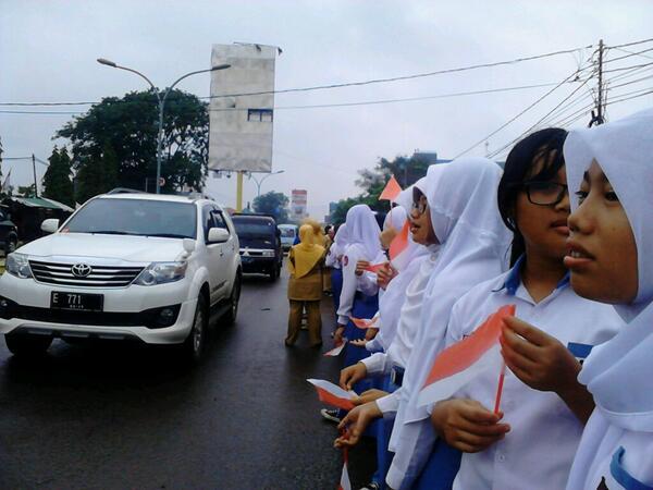 Siswa-siswi kelas X dan XI bersiap menyambut Bapak SBY di Jalan Cipto Mangunkusumo. http://t.co/vl7smfyHuZ