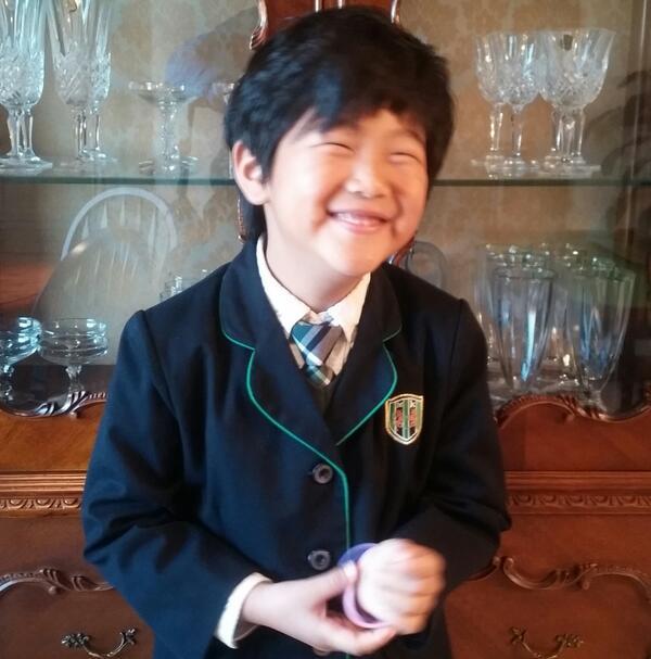 준수 오늘 유치원 졸업사진 찍는날....옷이 작아졌네...웃으면서 찍어라 준수야 ㅎ http://t.co/YRaCYgLd6n
