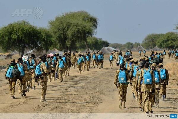 Incredible scene of South Sudanese troops with looted Unicef backpacks http://t.co/HSSJD7ntaI Photo by Carl de Souza / @AFPphoto