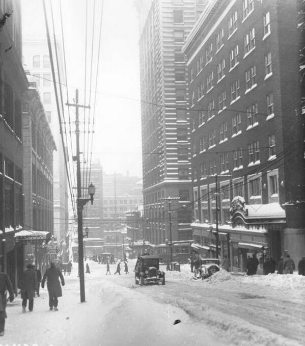 Throwback Snow Day: Downtown #KC, facing the intersection of 10th & Walnut. #kcwx http://t.co/snKEmbkRKz
