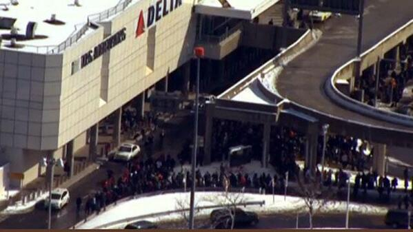 Baggage area at LaGuardia Airport Delta terminal evacuated due to suspicious package (via @ABC7NY & @WFSBNews) http://t.co/kiGOUruxvq