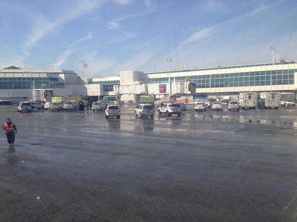 UPDATE: New photo shows police activity at LaGuardia airport http://t.co/nYx753agjN (Credit: Robert Kloss) http://t.co/8qANqxpTqN