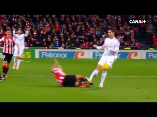 Qué bestia Mikel Rico, pero cómo mete así la tibia en la suela de Cristiano... http://t.co/ydEJWms2CT