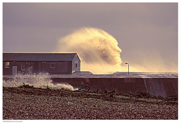 Meanwhile in Dorset, a wave shaped like a face http://t.co/sH9syp6auc PIC: http://t.co/n7bpmcTsid