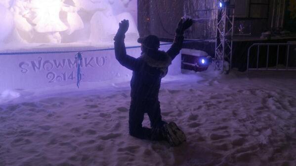 雪祭初音鑑の会場で出会ったマレーシア人のミクファンと暫く話してた。なんでも、DIVAFのロード画面のうち一枚は彼が描いたそうだ。そんな彼の夢の一つは、ミクさんの雪像に向かって礼拝すること。先ほど、無事に実現した。 #snowmiku http://t.co/OeUvDF9tV9