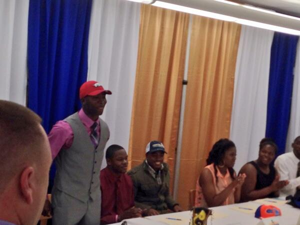 Photo: JoJo Robinson makes it official #Arkansas http://t.co/6pIjzqliN6