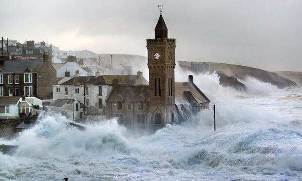 Olas por encima de la iglesia de Porthleven Waves above the church Inglaterra England