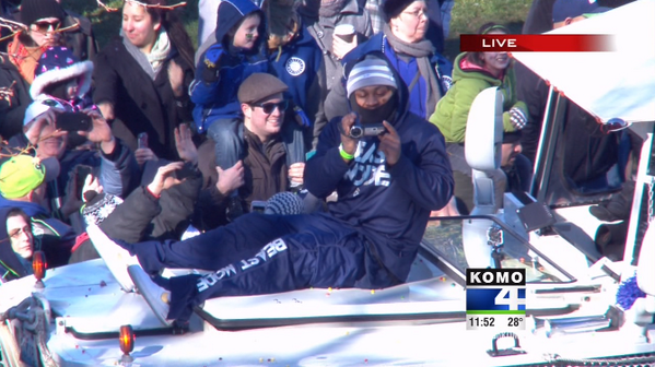 Marshawn #BEASTMODE Riding the Ducks!  Passing out Skittles!  #Celebrate48 #GoHawks http://t.co/ubu1So5iIb