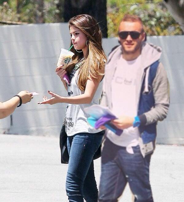 Can't even go for a Starbucks, Wish the paparazzi would leave me and @selenagomez alone for once http://t.co/lpRTv7fJ89