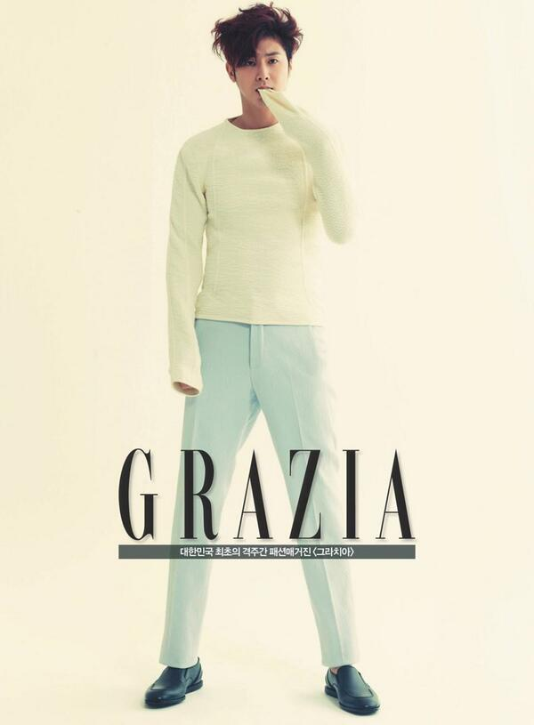 [Zegna Style] 지제냐의 산뜻한 SS #컬렉션 의상을 입고 #그라치아 3월호에 등장한 #동방신기(#TVXQ) #윤호. 크림 컬러의 엠보싱 디테일 니트와 파스텔 컬러 팬츠가 화사한 느낌을 주네요! http://t.co/O4ZN5z4alk