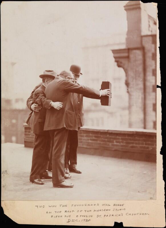 Le Selfie en 1920 http://t.co/x3Y1VitojH http://t.co/KVDMneMEqO