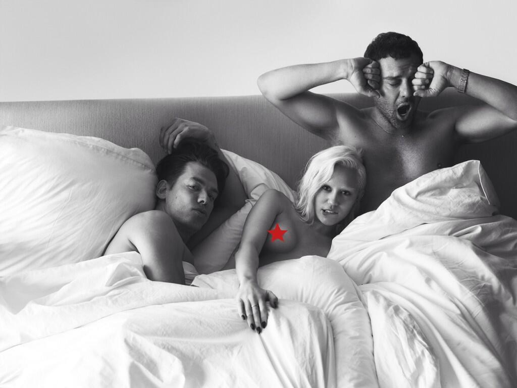двое парней спят с одной девушкой - 9