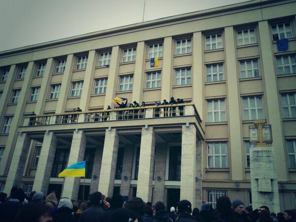 Протестующие взяли Закарпатскую ОГА