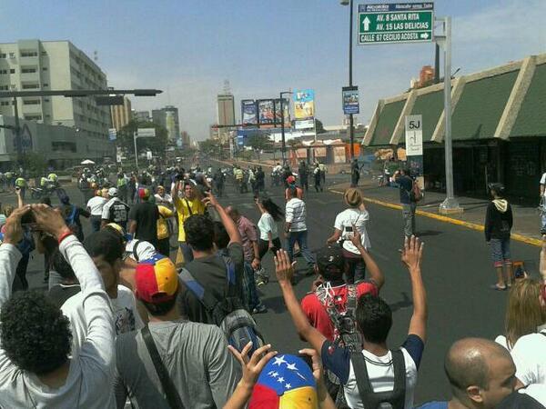 #Maracaibo --> RT @danielmarmol: ESTAMOS SIENDO REPRIMIDOS CON COJONES. NO NOS ABANDONEN. http://t.co/AyqTaaHpe4