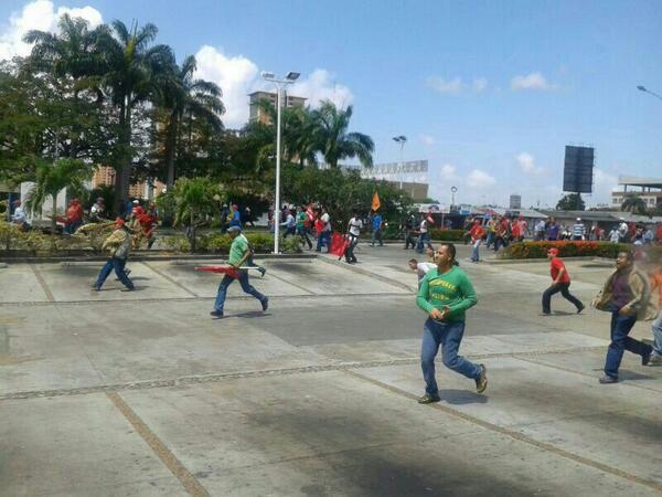 Acá la marcha Oficialista lanzando piedras por la PAZ  http://t.co/VG1tmhxolN