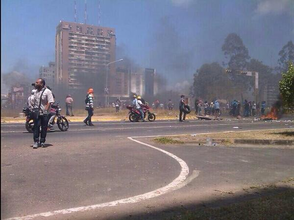 """Esto esta pasando en Puerto Ordaz! La gran marcha por la PAZ del oficialismo, esta dando el ejemplo de """"PAZ"""" http://t.co/7lRcK5QjeK"""