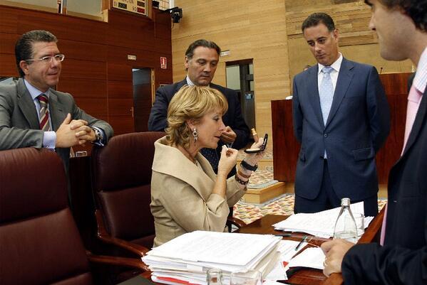 Aguirre rodeada de 4 de sus Consejeros : 2 con cuentas en Suiza y 2 imputados. Marca España. http://t.co/d9ZyFizarj