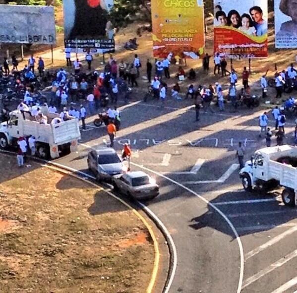 Puerto Ordaz-Vzla camión reparte camisas blancas a chavistas para hacerse pasar por estudiantes. @fdelrinconCNN http://t.co/wvMVD16RME